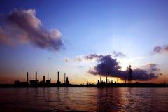 炼油厂剪影  免版税库存照片