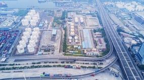 炼油厂在丹戎Priok口岸 库存照片