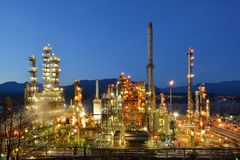 炼油厂在晚上, Burnaby 免版税库存图片