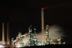 炼油厂在晚上 免版税库存照片