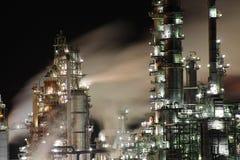 炼油厂在晚上 库存照片