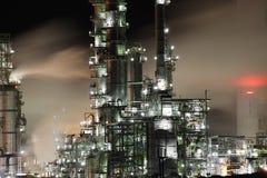 炼油厂在晚上 库存图片
