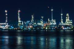 炼油厂在暮色曼谷泰国 免版税图库摄影