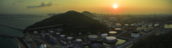 炼油厂在重的石油化学制品的坦克存贮鸟瞰图  库存照片