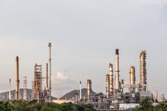 炼油厂在领域的植物产业在春武里市泰国 免版税库存照片