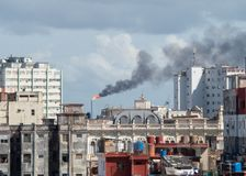 炼油厂塔和烟污染在哈瓦那旧城,古巴 库存图片