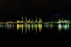 炼油厂工业在夜间 库存图片