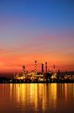 炼油厂日出场面  免版税库存照片