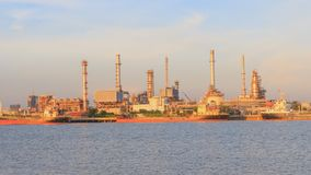 炼油厂时间间隔河的日落时间的 影视素材