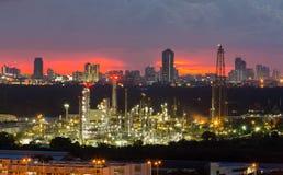 炼油厂有城市背景街市夜视图 免版税库存图片