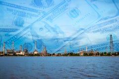 炼油厂植物,金钱背景 免版税图库摄影