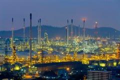 炼油厂点燃夜视图 库存照片