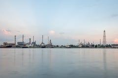 炼油厂,在昭披耶河旁边 曼谷 库存图片