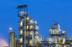 炼油厂细节在晚上 库存照片
