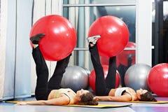 锻炼的妇女与健身球 库存照片