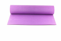 锻炼的紫色开放瑜伽席子被隔绝的 库存图片