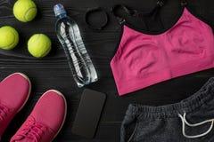 锻炼计划用健身食物和设备在黑暗的背景,顶视图 免版税库存图片