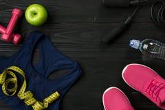 锻炼计划用健身食物和设备在黑暗的背景,顶视图 库存照片