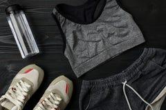 锻炼计划用健身食物和设备在黑暗的背景,顶视图 库存图片