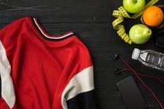 锻炼计划用在黑暗的背景,顶视图的健身设备 图库摄影