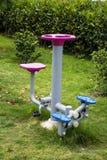 锻炼设备在一个热带庭院里 免版税库存图片