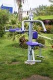 锻炼设备在一个热带庭院里 图库摄影