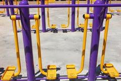 锻炼设备在公园 免版税库存图片