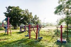锻炼设备在日出的公园 图库摄影