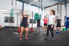 锻炼队训练在健身中心 免版税库存照片