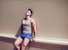 锻炼,健身,体育-概念 英俊人休息 免版税库存图片