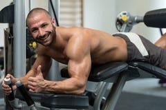 锻炼说谎的腿卷毛锻炼 免版税库存照片