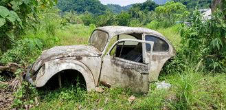 烂掉在一个领域的老大众甲壳虫在菲律宾 免版税库存图片