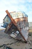 烂掉在海滩的船击毁 免版税库存图片