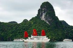 破烂物小船在下龙湾,越南 免版税库存图片