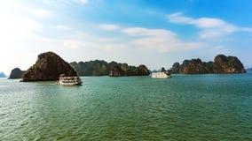破烂物小船,下龙湾,越南 库存照片