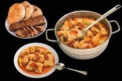 烂醉如泥的白菜卷劳斯用与在黑色隔绝的长方形宝石面包供应的晚餐的肉末和皮塔面包大面包 免版税库存图片
