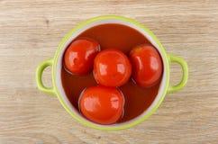 烂醉如泥的红色蕃茄用在绿色碗的西红柿汁 库存图片