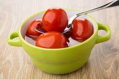 烂醉如泥的红色蕃茄用西红柿汁和匙子在碗 免版税库存照片