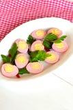 烂醉如泥的被剥皮的无情的鹌鹑蛋,由被磨碎的甜菜的被弄脏的桃红色 库存照片