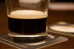 烈性黑啤酒 免版税图库摄影