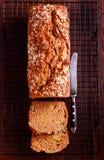 烈性黑啤酒和苹果小麦面包,切 库存照片