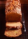烈性黑啤酒和苹果小麦面包 图库摄影