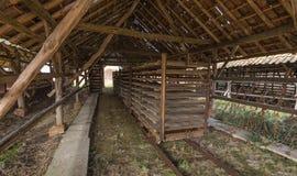 烘干一家老砖工厂的棚子 库存照片