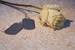 烘干上升了与在石头的军事卡箍标记 免版税库存照片