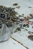 烘干在一块土气金属杯形蛋糕的绿色茶叶 库存图片
