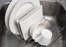 烘干在厨房水槽的一个机架的盘 免版税库存照片