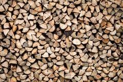 烘干在堆堆积的切好的木柴 库存图片