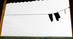 烘干在晾衣绳的两双袜子在山的一次冒险的远足期间 免版税库存照片