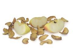 烘干在白色背景隔绝的堆的切的和成熟苹果 免版税库存图片