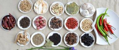 烘干在碗的五颜六色的香料有新调味料的,顶视图 免版税库存照片